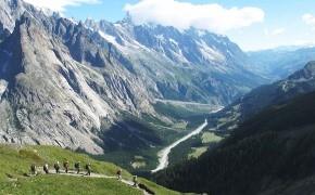 エリザベッタ小屋からクールマイユールへ、イタリア側の優美な谷を見下ろす