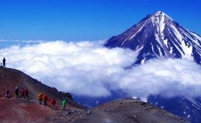 アバチャ山の頂上より隣のカリャーク山(3,456m)を望む