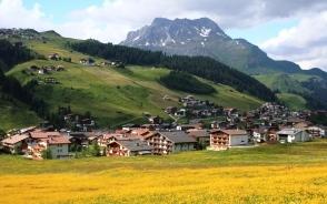 一面のお花畑に囲まれるレッヒの村