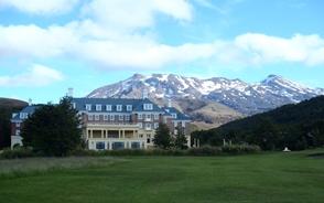 ホテル外観と背後にルアペフ山