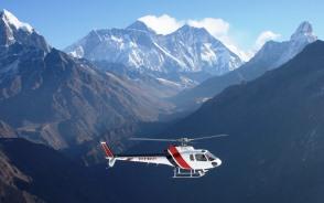 帰路はエベレストを背にヘリコプターで下山