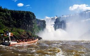 ボートに乗ってイグアスの滝のハイライト「悪魔ののど笛」へ