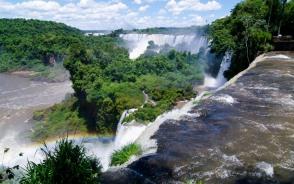 壮大なスケールのイグアス滝