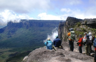 断崖絶壁の端に立ち、絶景を満喫