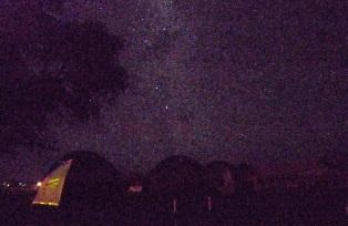 キャンプ場上空に広がる満天の星空