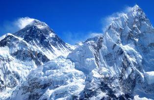 カラパタールからのエベレスト(左)とヌプツェ(右)