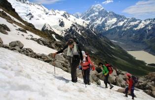 Mt.クックを背に、ゆっくりと高度を上げ山頂を目指す