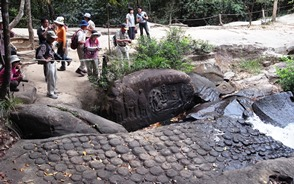 渓流クバル・スピアンの神々の彫刻