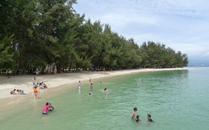美しいビーチが広がるサンゴ礁の島