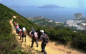踏み固められた登山道を行く