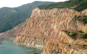 ダム湖の斜面に露出した柱状節理