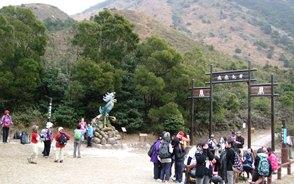香港の若い登山者でにぎわう鳳凰山登山口