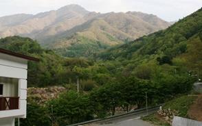 中山里(チュンサンリ)から望む智異山