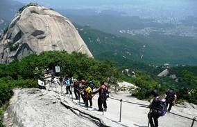 北漢山最高峰・白雲台(ベグンデ)を慎重に下る