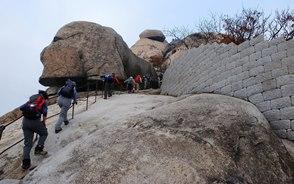 岩を削って作られた白雲台(ベグンデ)の急登