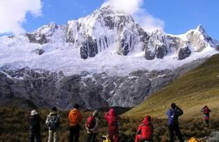 タウリパンパのキャンプ地より望むタウリラフ(5,830m)