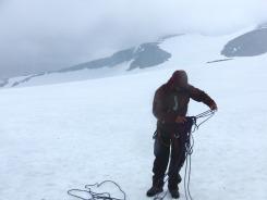ガイドとロープを結んで氷河上の氷原を横断