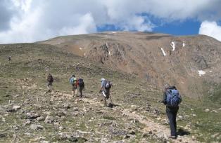 山頂直下のガレ場を一歩一歩すすみ、ロッキー山脈の最高峰を目指す