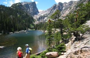 変化に富んだトレイルを歩き美しい山上湖へ