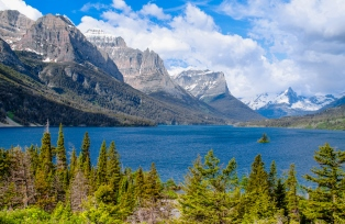 国立公園内にあるセントメリーレイクはモンタナ州を代表する絶景のひとつ