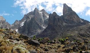 マッキンダースキャンプから望むケニア山(中央の一筋が有名なダイヤモンド・クーロアール)