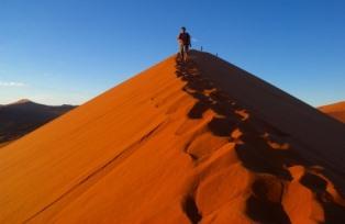 ナミブ砂漠で一番人気の砂丘DUNE45の顕著な稜線を登る