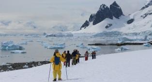 南極でスノーシューを楽しむ