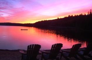 夕焼けに染まるロッジ前の湖
