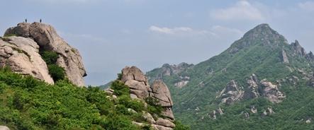 月出山最高峰・天皇峰(813m)を望む(右手のピーク)