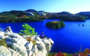 紅葉と湖と白珪岩のコントラストが素晴らしいキラニー州立公園