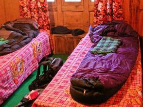 ロッジで使用する寝袋や食器は現地で用意しています