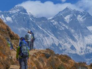 エベレストを正面に歩みを進める