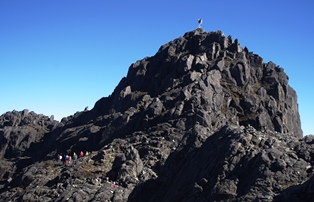 南太平洋の名峰・ウィルヘルム山(4,508m)、山頂直下にて