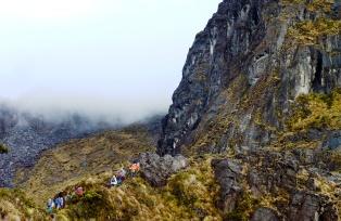 稜線に上がると長い岩稜帯が続く