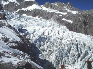 玉龍雪山の氷河が間近に迫ります