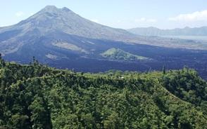 キンタマーニ高原から望むバトゥール山