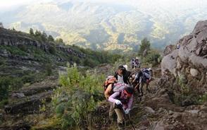 アグン山の急な斜面を慎重に登る