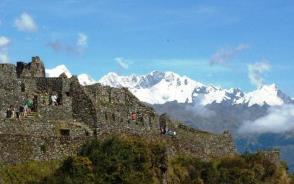 サヤクマルカ遺跡 。背後にはビルカバンバ山群が連なる