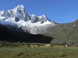快適なタウリパンパのキャンプ地、背後の山はタウリラフ