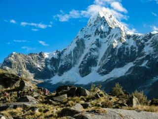 トレッキングのハイライト、ウニオン峠(4,750m)付近より望むタウリラフ(5,830m)(6日目)