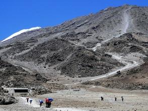 キボハット(4,703m)から頂上へ続くルートを望む