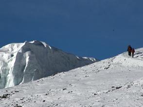 高山ゆえにときには雪を踏みしめることも