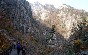 千仏洞(チョンブルドン)渓谷を行く