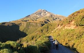 タラナキ山頂(2,518m)を目指す(6日目)