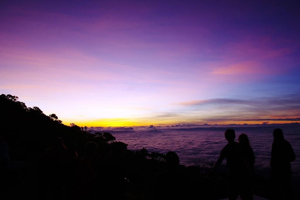 山小屋前から望む雲海と夕焼け