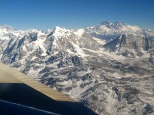 機窓より望む世界最高峰エベレスト(右)