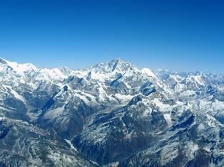 機窓より望む世界第5位の高峰マカルー(中央)