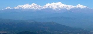 バンディプールより望むマナスル三山(左よりマナスル、ピーク29、ヒマルチュリ)の大パノラマ