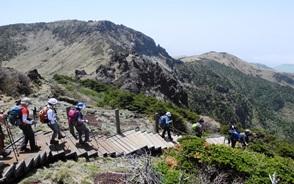 山頂からは観音寺(カヌンサ)へ下ります