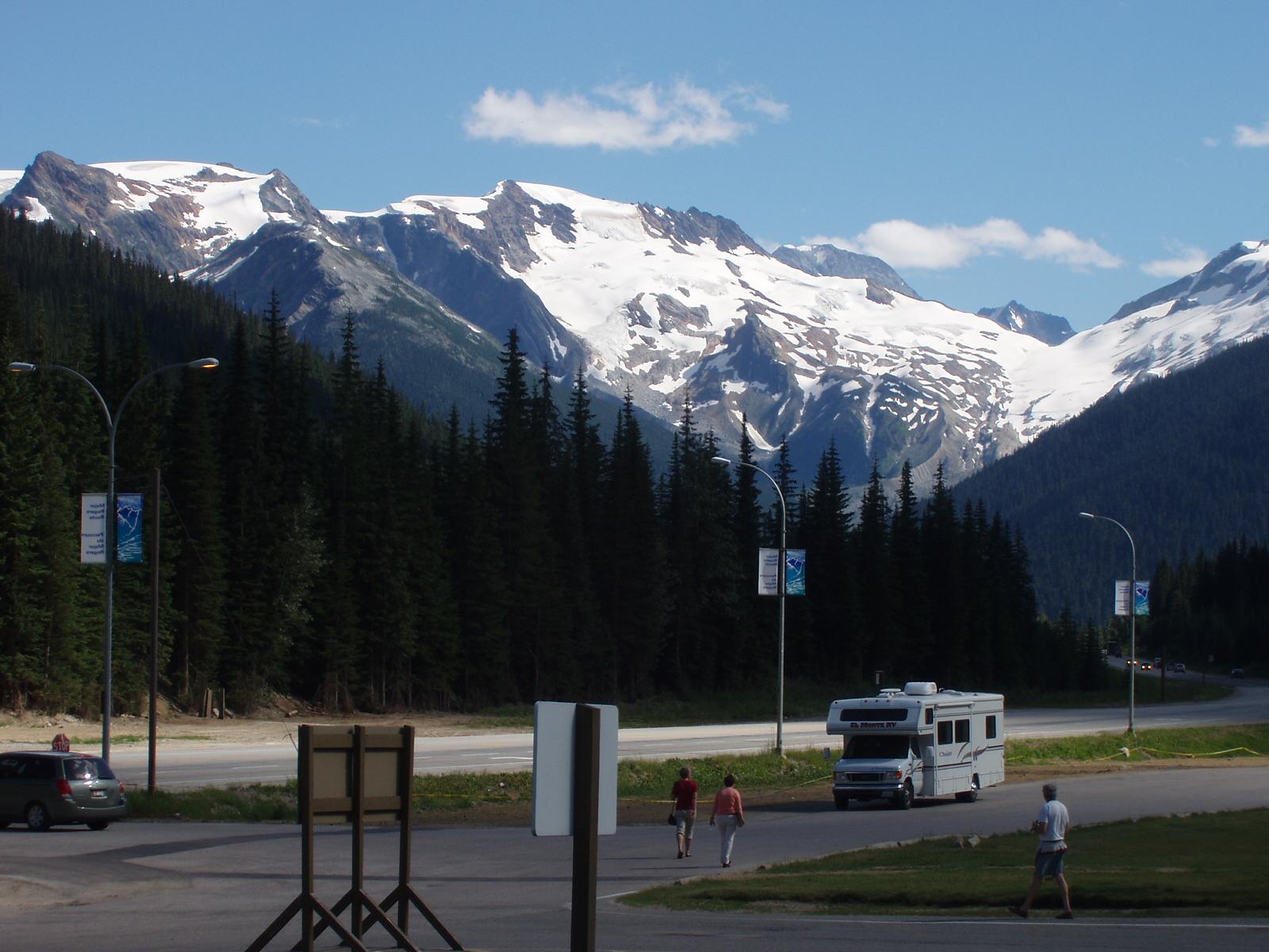 トランスカナダハイウェイ・ロジャーズパスからの氷河と山々の展望